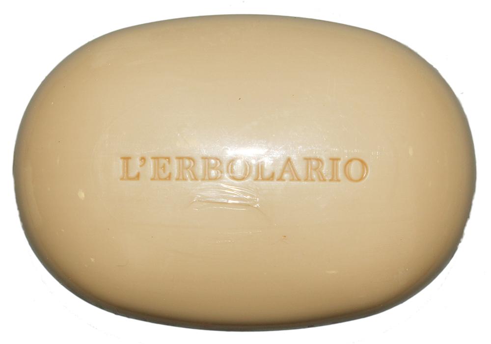 LERBOLARIO Мыло Фрукты и коренья 100 грМыла<br>Мыло &amp;laquo;Фрукты и коренья&amp;raquo; обладает приятным запахом и поднимает настроение при мытье рук. Кроме чарующего аромата это мыло обладает большим количеством полезным полезных для кожи питательных веществ. Благодаря этому оно замедляет старение кожи, повышает ее тонус, оказывает освежающее, смягчающее и защищающее действия. Мыло подходит даже для очень чувствительной кожи.  Активные ингредиенты: Гидролизованные белки пшеницы, экстракт корня лакричника, грушевый нектар, масло из отрубей риса, масло из зародышей пшеницы.  Способ применения: Потрите мыло во влажных руках, смойте образовавшуюся пену под струей теплой воды.<br><br>Назначение: Старение