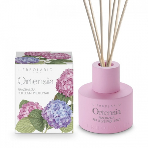 LERBOLARIO Раствор ароматизированный Гортензия 125млАроматы для интерьера<br>Чувственный аромат в любое время года напомнит Вам о прекрасной весне, поре, когда цветут ирисы, благодаря этому ароматизатору воздуха. Как запах будет распространяться в помещении:&amp;nbsp;тонкие палочки из ротанга постепенно впитывают ароматизированный спиртовой раствор, содержащийся в стеклянном флаконе. При естественном испарении палочки издают приятный аромат. Таким образом, в комнатах вашего дома, в офисе, где вы проводите большую часть дня, в закрытых помещениях или там, где бывает много людей   везде, где вы захотите, будет сохраняться долгие месяцы приятный аромат. Способ применения: откройте крышку флакона и погрузите в ароматизированный раствор все палочки. Если вы хотите получить  немедленный  эффект, пусть та часть палочек, которая находится в растворе, лучше пропитается (рекомендуется подождать как минимум один час). После этого переверните палочки: влажная часть начнет распространять аромат, делая воздух в доме приятным. Тем временем сухая половина палочек начнет впитывать ароматизированный раствор. Когда переворачивать палочки: это зависит от того, какую концентрацию запаха в помещении вы хотите получить. Если вам нужен интенсивный и стойкий аромат, все палочки нужно переворачивать как минимум один раз в неделю. Если же вы хотите, чтобы в комнате был лишь едва ощутимый аромат, достаточно перевернуть лишь несколько палочек (две или три) в зависимости от желаемого эффекта. Меры безопасности при пользовании ароматизатором:   Жидкость легко воспламеняема, поэтому ее нельзя помещать вблизи от источников тепла, а также там, куда падают прямые солнечные лучи. Следует учитывать, что жидкость на спиртовой основе быстро испаряется, при этом длительность эффекта снижается.   Жидкость не является пищевым продуктом, ее нельзя брать в рот или пить.   Держать в недоступном для детей месте.   Каждый раз, когда вы переворачиваете палочки, рекомендуем пользоваться резиновыми перчатками или б