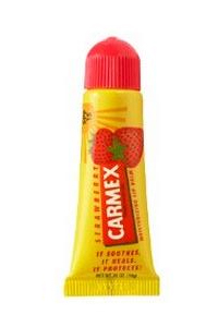 CARMEX Бальзам для губ со вкусом клубники в тубе / Everyday Soothing Lip Balm Strawberry Tube 10грБальзамы для губ<br>Carmex Moisturising Lip Balm Strawberry - Бальзам для губ, тюбик, Клубника. Бальзам с клубничным ароматом применяется для сухих и шершавых губ. Мгновенно увлажняет, возполняет влагу в коже, потерянную в результате неблагоприятных факторов - солнца, мороза, сухого воздуха. Обладает солнцезащитным фактором SPF 15 и защищает от воздействия солнечных лучей как зимой, так и летом. В составе бальзама антимикробные компоненты, которые способствуют быстрому заживлению поврежденной или раздраженной кожи губ. Входящая в состав камфора снимает болевые ощущения, ментол снимает дискомфорт и обладает антимикробным действием, фенол дарит ощущение прохлады и способствует отшелушиванию отмерших клеток. Бальзам водостойкий. Гипоаллергенный. Не содержит вредных компонентов.<br><br>Типы кожи: Для всех типов<br>Назначение: Сухость
