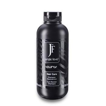 JUNGLE FEVER Шампунь для вьющихся волос / Curly Shampoo HAIR CARE 1000млШампуни<br>Бережно очищает кудрявые и вьющиеся волосы, насыщая и сохраняя их упругость благодаря экстрактам фруктов. После применения шампуня волосы меньше пушатся. Способ применения: небольшое количество шампуня следует нанести на влажные волосы, при помощи массажных движений втереть в волосы и кожу головы, далее средство необходимо смыть большим количеством тёплой воды. При необходимости процесс можно повторить. Для получения наиболее эффективного результата шампунь рекомендуется использовать вместе с маской для вьющихся волос линии.<br><br>Объем: 1000 мл<br>Типы волос: Кудрявые