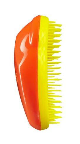 TANGLE TEEZER Расческа оранжевая / Tangle Teezer Original Mandarin Sweetie ~Расчески<br>Профессиональная распутывающая расческа Tangle Teezer идеально подходит для всех типов волос. Оригинальная форма зубчиков обеспечивает двойное действие и позволяет быстро, бережно и безболезненно расчесать влажные и сухие волосы. Благодаря эргономичному дизайну, расчёску удобно держать в руках, не опасаясь выскальзывания. Активные ингредиенты. Состав: гипоаллергенный пластик. Не повреждает структуру волос при расчесывании. Не электролизует, не выдирает, не тянет волосы. Распутывает колтуны. Зубчики изготовлены из гибкого, пластичного материала. Tangle Teezer можно расчесывать даже мокрые волосы. Расчесывать волосы можно от самых корней (а не с кончиков, как это делают обычно). Идеально подходит для кудрявых, длинных волос, нарощенных волос, париков. Отличительная особенность Tangle Teezer - массаж головы, который улучшает кровообращение и способствует росту волос. Изготовлена из экологически чистого материала. Разработана для профессионального ухода за волосами. Полноразмерный вариант расчески Tangle Teezer. Максимальный эффект от массажа достигается благодаря эргономичной форме расчески и зубчиков. Размер: 11х7х4см<br>