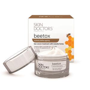SKIN DOCTORS Крем омолаживающий для уменьшения возрастных изменений кожи / BeeTox 50 млКремы<br>Содержит уникальный комплекс Trylagen, пчелиный яд и мед Манука, благодаря которым: гарантирует коже правильное питание, обновление и укрепление; мгновенно активирует клетки кожи; увеличивает регенерацию клеток кожи; улучшает кровообращение; активно стимулирует синтез коллагена и эластина; контролирует сокращение мышц лица; повышает эластичность кожи и подтягивает её; борется с морщинами и другими признаками старения. Для любого типа кожи. Активные ингредиенты: революционный трех-функциональный активный комплекс Trylagen; пчелиный яд; мед Манука. Способ применения: ежедневно утром и вечером: тщательно очистить кожу лица; сухими кончиками пальцев нанести небольшое количество крема на кожу лица, избегая области вокруг глаз и область декольте; нанести увлажняющий крем. При нанесении на кожу может возникать небольшое раздражение и ощущение покалывания. Важно! Противопоказано при наличии аллергии на укусы пчел. Избегать попадания в глаза. Перед применением провести тест на переносимость на небольшом участке кожи.<br><br>Назначение: Морщины