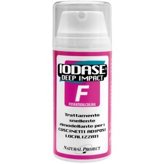 IODASE Сыворотка для тела / Deep Impact F-Fosfatidilcolina 100 млСыворотки<br>Средство содержит натуральный компонент фосфатидилхолин. Молекула натурального происхождения, добытая из растения Glycine max (соя культурная) обладает свойствами интенсивного сокращения жировых масс в области живота и боков. Специальная формула позволяет лучше проводить эту молекулу на глубину и добиваться значительного сокращения локализованных жировых масс. Ф-комплекс содержит, помимо фосфатидилхолина, также адипокины &amp;ndash; смесь натуральных активных компонентов, которые совместно борются против жировых отложений. Присутствующий в составе Йод органический из экстракта фукуса (бурых морских водорослей) и экстракта хондруса курчавого (каррагенана) усиливает клеточный обмен, улучшая сокращение жирных кислот. Массаж с использованием сыворотки Iodase Deep Impact F, богатой экстрактами плюща, хвоща и таволги, значительно улучшает микроциркуляцию в тканях, что крайне важно для улучшения обмена питательных веществ и вывода продуктов обмена из клеток. Iodase Deep Impact F сыворотка   это разогревающее средство с 15% Ф-Комплексом, созданное специально для борьбы с жировыми отложениями в зонах живота и боков. Сыворотка для тела Iodase Deep Impact F -Fosfatidilcolina разработана специалистами итальянской компании IODASE (Natural Project) для эффективной борьбы с жировыми отложениями. Входящий в состав сыворотки от Натурал Проджект органический йод активизирует клеточный обмен и улучшает процесс сокращения жирных кислот.  Регулярное использование высокоэффективной сыворотки IODASE (Natural Project) поможет вам одержать победу над жировыми отложениями, вернув вашей фигуре подтянутость и стройность, а кожу сделать более гладкой, упругой и эластичной.  Активные ингредиенты: Экстракты плюща обыкновенного, фукуса, хондруса курчавого и таволги, лецитин, глицерин, касторовое масло, фосфатидилхолин, адипокин-комплекс.  Способ применения: Наносится на интересующую зону массажными движениями до полного 