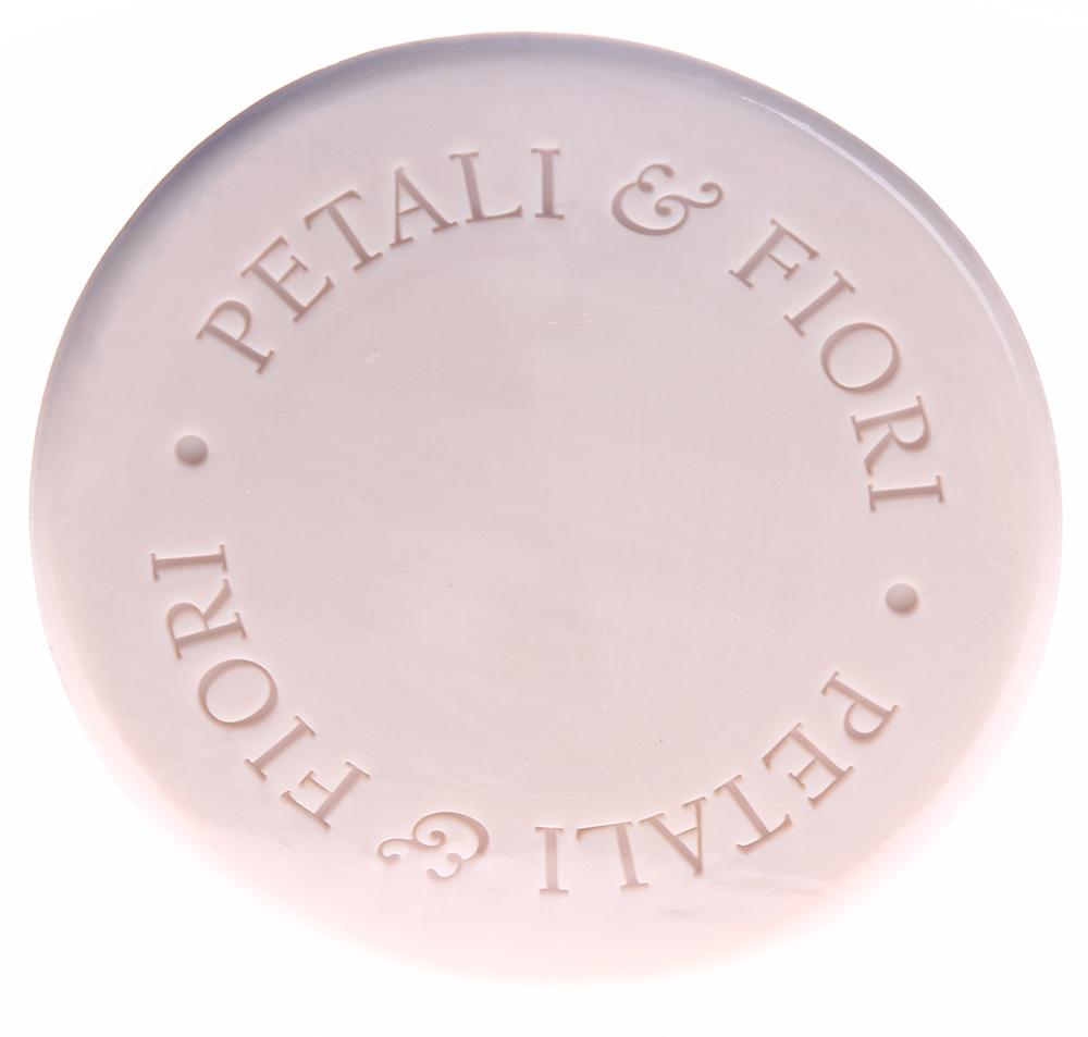 LERBOLARIO Мыло душистое Лепестки и цветы 100 грМыла<br>Это мыло предназначено для всех типов кожи; обильная кремообразная пена деликатно очищает эпидермис, в то время как присутствие хлопкового масла, экстрактов георгина, плюмерии и сирени гарантирует эпидермису необходимое увлажнение и защиту от слишком жесткой воды. Это мыло с мягкой кремообразной пеной может применяться для ежедневного очищения кожи рук и тела. Активные ингредиенты: хлопковое масло, экстракт лепестков плюмерии, экстракт георгина, экстракт сирени.<br><br>Вид средства для тела: Душистый