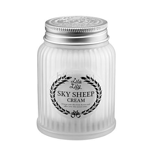 KONAD Крем на овечьем молоке / Lils lily sky sheepcream 100млКремы<br>Крем небесных (священных, божественных) овечек. Овечье молоко, которое получено у овечек без стресса, является основным природным компонентом, который благоприятно влияет на кожу.Нежнейшая текстура, которая обволакивает кожу! Белок (протеины) и жиры овечьего молока по своей структуре приближены к грудному молоку женщины.Также его щелочная среда не раздражает кожу. Молоко богато соединениями, которые способствуют устойчивости к различным болезням. Также оно отлично питает и увлажняет кожу. Крем подходит для сухой кожи и не вызывает раздражения. Он обновляет кожу, и она очищается и начинает светиться изнутри. Крем священных овечек содержит в себе ферментированные соединения, которые увлажняют кожу и поддерживают ее водный баланс за счет высокого поглощения и удерживания жидкости на молекулярном уровне. Это супермощное увлажнение кожи и непрерывное снабжение всеми необходимыми питательными веществами и энергией, что позволяет коже сохранять свою упругость.<br><br>Типы кожи: Сухая и обезвоженная<br>Назначение: Сухость