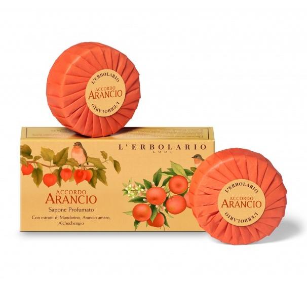 LERBOLARIO Мыло ароматизированное Апельсин 2 куска по 100грМыла<br>Мыло с заманчивым и нежным ароматом апельсина. Содержит растительные ингредиенты полученные из экстрактов листьев и фруктов танжерина, экстрактов фруктов физалиса, цедры померанца и масла из семян апельсина. Обеспечивает защиту и упругость коже вашего тела, подходит для чувствительной кожи. Активные ингредиенты: экстракты листьев и фруктов танжерина, экстракты фруктов физалиса, цедры померанца, масло из семян апельсина. Способ применения: достаточно слегка намылить влажные руки, чтобы увидеть, как образуется мягкая и густая пена, тонко очищающая и смягчающая кожу.<br><br>Типы кожи: Чувствительная