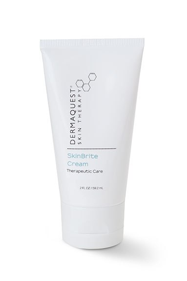 DERMAQUEST Крем СкинБрайт / SkinBrite Cream 59,2млКремы<br>Увлажняющий крем для ухода за кожей с диффузной пигментацией (в том числе &amp;laquo;веснущек&amp;raquo;). Подавляет активность меланоцитов и обеспечивает увлажнение кожи. При склонности к гиперпигментации используется в постоянном режиме, ежедневно. Не содержит гидрохинон.  Угнетает активность меланоцитов, выравнивая тон кожи, за счет содержания ингибиторов тирозиназы. Увлажняет и смягчает благодаря содержанию микронизированной гиалуроновой кислоты и ГАГ-ов. Мощная антиоксидантная активность - исключает воспаление, как фактор, стимулирующий активность меланоцитов. Может использаваться в качестве меланин-угнетающего препарата в процедурах пилинга и в пост-пилинговом уходе. pH: 7.35  Активные ингредиенты: Вода, Бутилен Гликоль, Каприлик/Каприк Триглицерид, Глицерил Стеарат (и) ПЭГ 100 Стеарат, Глицерин, Гексил Лаурат, Тетрагекседил Аскорбат, Дипальмитат Койевой кислоты, Сорбитол, Стеариновая Кислота, ППГ-12/СМДИ, Кополимер, Экстракт Листьев Толокнянки Обыкновенной, Цетиловый Спирт, Сорбитан Стеарат, Полисорбат 60, Экстракт Листьев Белой Шелковицы, Диметикон, Экстракт Фрукта Эмблики, Гиалуронат Натрия, Экстракт Щавеля, Красная водоросль, Пропилен Гликоль, Каприлил Гликоль и Этилгексилглицерин и Гексилен Гликоль, Декстран и Нонапептид-1, Гексилрезорцинол, Эрготионеин, Токоферил Ацетат, Магний Аскорбил Фосфат, Экстракт Зародышей Пшеницы, Альфа-Арбутин, ПЭГ-8 (и) Аскорбил Пальмитат (и) Лимонная Кислота, Триэтаноламин, Экстракт Энзимов Грибов Матсутаке, Магний-аллюминиевый Силикат, Экстракт Корня Солодки , Ксантановая Камедь, Гидролизированные Протеины Пшеницы , Диметилметокси Хроманил Пальмитат, Масло Лаванды, Гликозаминогликаны, Дисодиум ЭДТА.  Способ применения: Нанести и позволить полностью впитаться в кожу до нанесения последующего продукта. Максимальный эффект развивается при комбинации с Сывороткой СкинБрайт. В дневное время дополнить уход последующим нанесением спредств с SPF- защитой.<br><br>Вид средства 