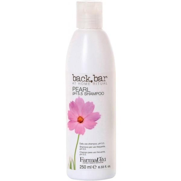 FARMAVITA Шампунь жемчужный Pearl Shampoo / BACK BAR 250 млШампуни<br>Жемчужный шампунь Back Bar (Бэк бар перл) - увлажняющий и смягчающий шампунь для ежедневного использования, рН 5.5. Физиологический, для всех типов волос, включая сухие и ослабленные. Питает волосы, не утяжеляя их, регулирует рН кожи головы. Способ применения: ежедневный жемчужный шампунь Back Bar Pearl может использоваться с любым бальзамом или маской в зависимости от конкретной проблемы, которую нужно решить (питание, увлажнение, создание гладких причесок или объем).<br><br>Объем: 250 мл