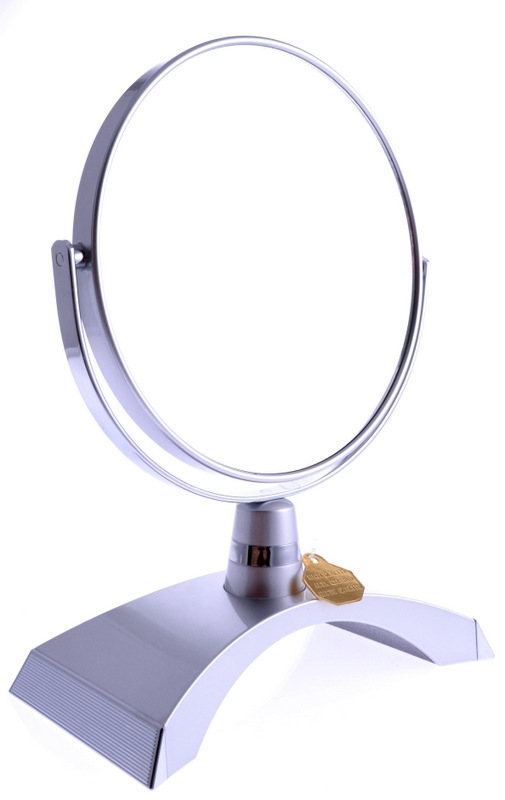WEISEN Зеркало настольное круглое 2х стороннее 15 см / B6300 S3/C SilverЗеркала<br>Зеркало косметическое, настольное, двустороннее. Изготовлено из хромированного металла и пластмассы покрытой цветным лаком. Тончайшее высококачественное стекло, используемое при изготовлении (1,5 мм), не даёт искривлений зеркальной поверхности. Увеличение в 5 раз. Приятный, красивый подарок для любой женщины. Высота: 26 см. Диаметр: 15,5 см. Увеличение: 5-ти кратное Материал (состав): пластик с лаковым покрытием, металл, стекло.&amp;nbsp; Цвет: Серебряный Способ применения: используется как настольное зеркало.<br>
