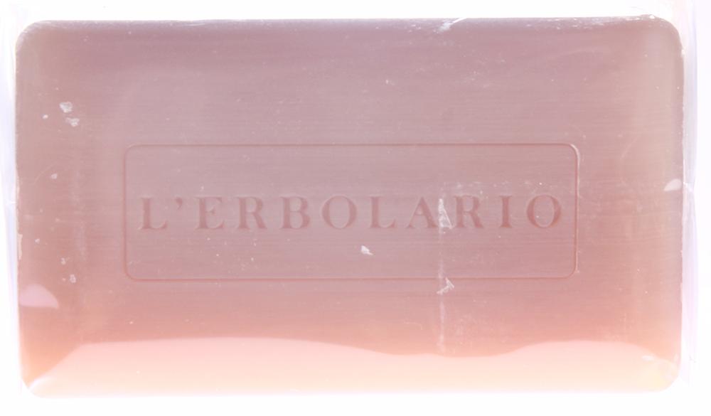 LERBOLARIO Мыло душистое Сладкий эликсир 200 грМыла<br>Это мыло отличает необыкновенно мягкая похожая на крем пена и чувственный аромат Сладкого Эликсира с нотами мелассы и рома, тростникового сахара и черной бузины, какао и ароматных цветов. Гидролизованные белки сладкого миндаля мягко очистят любую кожу, даже самую чувствительную. А масло кунжута и сладкого миндаля смягчат и придадут эластичность вашей коже, которая после умывания станет более гладкой и мягкой и приобретет неотразимый аромат. Активные ингредиенты: гидролизованные белки миндаля сладкого, экстракт цветов бузины черной, экстракт из какао-бобов, экстракт листьев сахарного тростника, масло кунжутное.<br><br>Вид средства для тела: Душистый