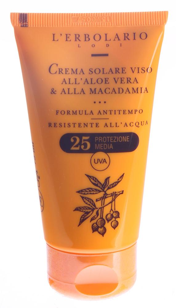 LERBOLARIO Солнцезащитный крем для лица с алоэ вера и макадамией SPF25 75 млКремы<br>Данный солнцезащитный крем, благодаря входящим в его состав естественным фильтрам (производные рисовых отрубей, цмин, алоэ) надёжно обеспечит Вашей коже средний уровень защиты и прекрасный загар. Кроме того, он защитит кожу от преждевременного старения. Солнцезащитный крем для лица с алоэ вера и макадамией SPF 25 от L`Erbolario создан для тех, кто хочет иметь красивый золотистый загар, но одновременно заботится о том, чтобы сохранить молодость и естественную красоту кожи. Крем подходит для любого типа кожи. Отличительной чертой этого солнцезащитного крема является то, что благодаря специальному фильтру со средним уровнем защиты, УФВ излучение проникает не дальше средних слоёв дермы и стимулирует выработку меланина (который и создаёт эффект загара). Но одновременно, солнцезащитный крем не пропускает УФА излучение, которое проникая в глубокие слои дермы и вызывает старение кожи. Именно поэтому рекомендуется применять крем в течение всего летнего периода, чтобы защитить свою кожу от негативного воздействия солнечных лучей, но одновременно наслаждаться прекрасным загаром.  Активные ингредиенты: Твердая фракция Масла Карите (Ши), масло макадамии, масло из Отрубей Риса, Гамма Оризанол, гель Алоэ вера, водный дистиллят гелихризума, Провитамин В5, глицеритиновая кислота.  Способ применения: Просто нанесите солнцезащитный крем от L`Erbolario на кожу лица, шеи и области декольте, но не втирайте его. Периодически наносите крем повторно (например, после купания, если Вы сильно потеет и т.д.). Для участков с очень чувствительной кожей можно использовать в сочетании с солнцезащитным карандашом.<br>