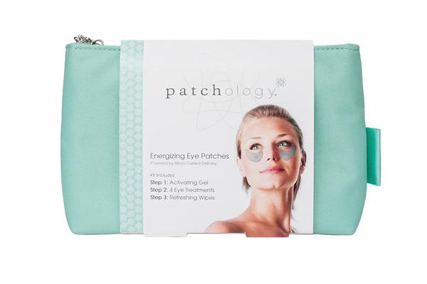 PATCHOLOGY Патчи для усталых глаз, в сумке (1 комплект) / Patchology KitПатчи<br>Разглаживают морщины вокруг глаз, уменьшают отечность, освежают и успокаивают усталые глаза. За 20 минут позволяют придать коже глаз более здоровый, отдохнувший вид. При регулярном применении помогают уменьшить проявление морщин вокруг глаз. Запатентованная технология Энергии Микротоков (Micro-Current Delivery) мягко проталкивает космецевтические ингредиенты в те участки кожи, которые больше всего нуждаются в поддержке и обновлении. Они безопасны и безболезненны в использовании. Вы будете ощущать лишь небольшое охлаждение и легкое стягивание кожи во время процедуры. Результат от применения будет заметен после первой процедуры и равноценен профессиональной косметологической SPA-процедуре с использованием микротоков. Гиалуроновая кислота - увлажняет и смягчает кожу, помогает ей становиться эластичной, улучшает тургор. Экстракт бамии - успокаивает кожу, делая ее более плотной и гладко выглядящей. Экстракт огурца и мяты - разглаживает кожу под глазами, уменьшает отечность. Витамин С   придает сияние, уменьшает проявление синяков под глазами. Витамины B3 и B5 - защищают кожу от свободных радикалов, которые приводят к преждевременному старению кожи. Не содержат парабены, сульфаты, синтетические ароматы, красители фталаты, ГМО и триклозан. Гипоаллергенны. Еженедельное применение поможет постепенно справиться со многими проблемами кожи вокруг глаз, но наступление долгосрочного эффекта зависит от возраста и состояния кожи. Используйте Патчи 1 раз в неделю или в том случае, когда Вам нужно прекрасно выглядеть (например, перед важным мероприятием). Активные ингредиенты: гиалуроновая кислота, экстракт бамии, экстракт огурца и мяты, витамин С, витамины B3 и B5. Способ применения: равномерно нанесите Активирующий гель на каждый патч. Приложите к сухой, чистой коже и плотно прижмите. Оставить не менее, чем на 20 минут, можно продлить время до 60 минут (увеличение времени воздействия сверх этого не дас