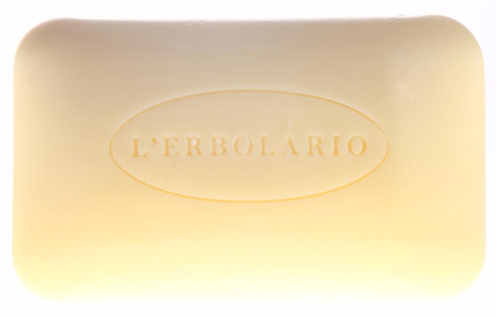 LERBOLARIO Мыло душистое Жимолость 100 грМыла<br>Мыло на основе поверхностно-активных веществ растительного происхождения. Мыло образует нежную пену с приятным свежим ароматом жимолости. Рекомендуется для сухой и чувствительной кожи. Это мыло с мягкой кремообразной пеной может применяться для ежедневного очищения кожи рук и тела. Активные ингредиенты: масло хохобы.<br><br>Вид средства для тела: Душистый<br>Типы кожи: Сухая и чувствительная
