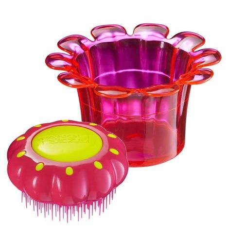 TANGLE TEEZER Расческа розовая для детей / Tangle Teezer Magic Flowerpot Princess PinkРасчески<br>Детская чудо-расческа Tangle Teezer идеально расчесывает запутанные волосы, не причиняя дискомфорта и не нарушая нежную структуру детских волос, подходит детям от 3-х лет и для всех типов волос. Оригинальная форма зубчиков обеспечивает двойное действие и позволяет быстро, бережно и безболезненно расчесать влажные и сухие волосы. Детская расческа в специальной яркой упаковке, идет вместе с оригинальной раскраской. Безопасна для детской кожи. Подходит для использования с 3-х лет. Безболезненно распутывает мокрые и сухие нежные детские волосы за счет особой конструкции зубчиков. Выполнена в виде цветка, находящегося в формочке, в которой можно хранить резинки и заколки для волос. Размер: 80 80 44мм<br>
