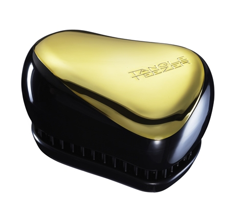 TANGLE TEEZER Расческа золотая / Tangle Teezer Compact Styler Gold RushРасчески<br>Не повреждает структуру волос при расчесывании. Не электролизует, не выдирает, не тянет волосы. Распутывает колтуны. Зубчики изготовлены из гибкого, пластичного материала. Tangle Teezer можно расчесывать даже мокрые волосы. Расчесывать волосы можно от самых корней (а не с кончиков, как это делают обычно). Идеально подходит для кудрявых, длинных волос, нарощенных волос, париков. Отличительная особенность Tangle Teezer - массаж головы, который улучшает кровообращение и способствует росту волос. Изготовлена из экологически чистого материала. Идет в комплекте с крышкой, которая предохраняет зубчики от повреждения. Компактный вариант расчески. Удобна для хранения в сумке. Удобна для детей и подростков. Активные ингредиенты. Состав: гипоаллергенный пластик. Способ применения: оригинальная форма зубчиков обеспечивает двойное действие и позволяет быстро и безболезненно расчесать влажные и сухие волосы. Благодаря эргономичному дизайну, расческу удобно держать в руках, не опасаясь выскальзывания. Расческа дополнена удобным футляром. Размер: 90 68 50мм<br>