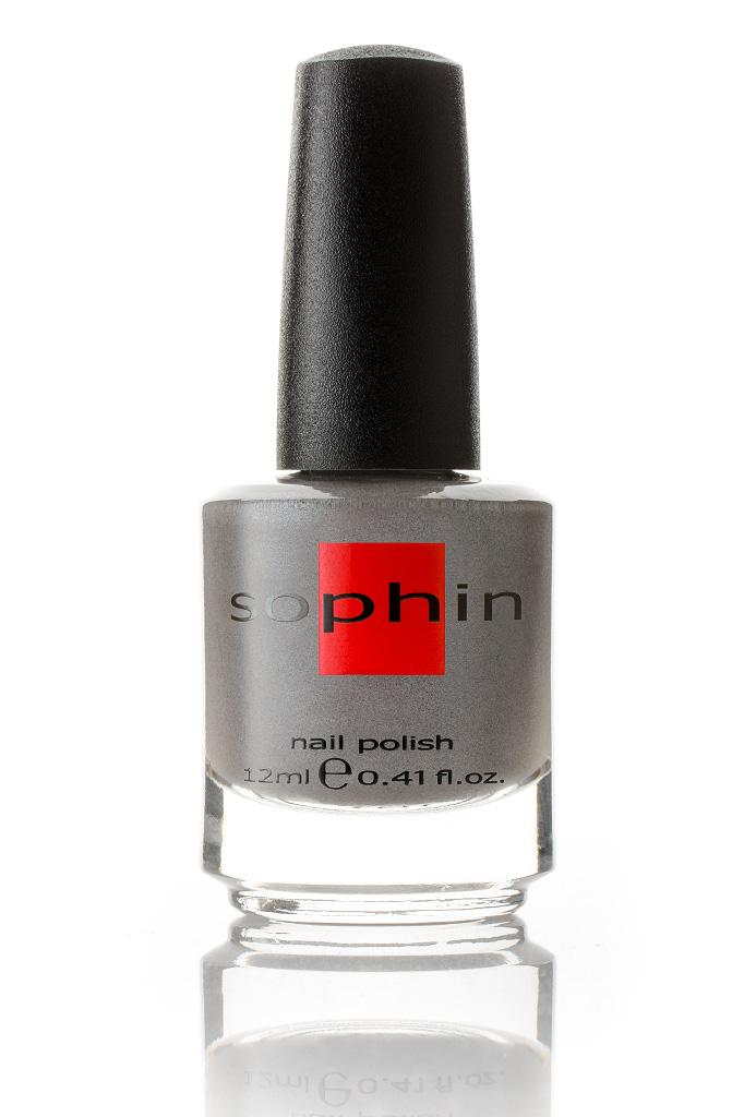 SOPHIN Лак для ногтей, темно-серый с серебристым шиммером 12млЛаки<br>Коллекция лаков SOPHIN очень разнообразна и соответствует современным веяньям моды. Огромное количество цветов и оттенков дает возможность создать законченный образ на любой вкус. Удобный колпачок не скользит в руках, что облегчает и позволяет контролировать процесс нанесения лака. Флакон очень эргономичен, лак легко стекает по стенкам сосуда во внутреннюю чашу, что позволяет расходовать его полностью. И что самое главное - форма флакона позволяет сохранять однородность лаков с блестками, глиттером, перламутром. Кисть средней жесткости из натурального волоса обеспечивает легкое, ровное и гладкое нанесение. Big5free! Активные ингредиенты. Состав: ethyl acetate, butyl acetate, nitrocellulose, acetyl tributyl citrate, isopropyl alcohol, adipic acid/neopentyl glycol/trimellitic anhydride copolymer, stearalkonium bentonite, n-butyl alcohol, styrene/acrylates copolymer, silica, benzophenone-1, trimethylpentanedyl dibenzoate, polyvinyl butyral.<br><br>Цвет: Серые