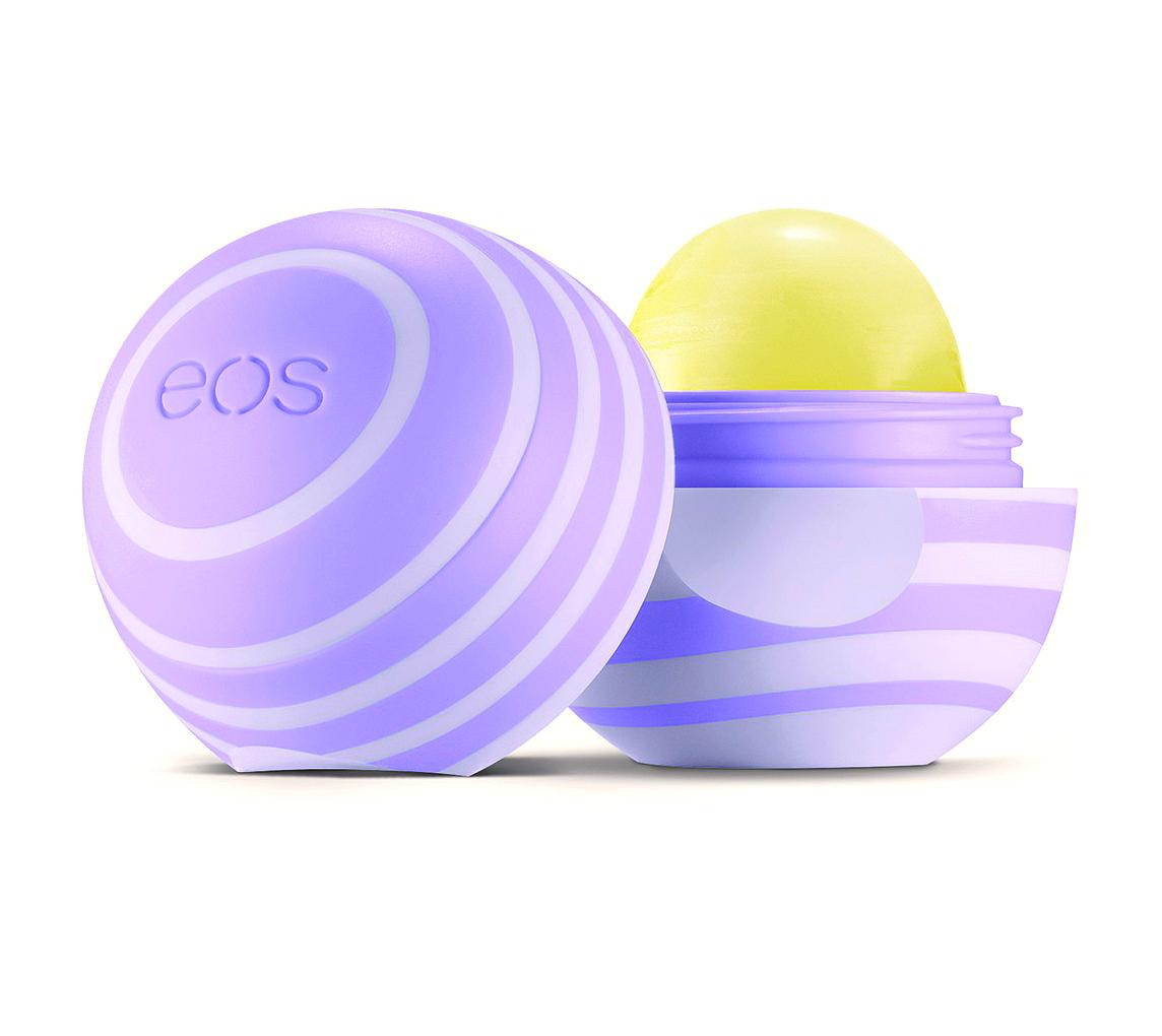 EOS Бальзам для губ Ежевика / Eos Blackberry Nectar 7грБальзамы для губ<br>EOS Бальзам для губ Ежевика Blackberry Nectar 7 г. (еос) Замечательный бальзам для потрясающей мягкости губ. Увлажняйте свои губы с восхитительным ароматом ежевики. Бальзам для губ eos (Смягчающий) Ежевика, обогащен натуральными кондиционирующими маслами, увлажняющим маслом дерева ши и антиокислительными витаминами C и E, глубоко смягчая губы делает их еще более прекрасными. Результат: натуральный на 99%. Глубокое увлажнение. Невероятная гладкость. Плавное движение на губах Активные ингредиенты: масло дерева ши с витаминами C и E. Без вазелина Без парафина Без клейковины Без фталата Способ применения: благодаря системе Твист Офф, Вы с легкостью сможете снять крышечку бальзама, и так же просто закрыть ее. Наносите один-два слоя EOS Lip Balm Sweet Mint на сухие очищенные губы, легким движением без нажима. Продукт ложится легко, без образования жирного слоя. Конструкция бальзама позволяет наносить его непосредственно на губы, без использования кисти. Возможно нанесение как на корректирующие средства, так и на любые другие косметические продукты для дополнительного увлажнения и защиты.<br><br>Объем: 7 гр<br>Вид средства для лица: Увлажняющий