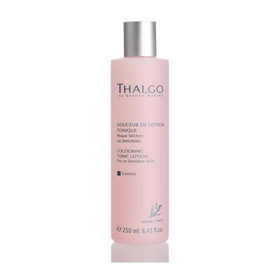 THALGO Лосьон тонизирующий Комфорт для сухой и чувствительной кожи 250млЛосьоны<br>Лосьон увлажняет, смягчает и освежает кожу. Обладает успокаивающим и восстанавливающим действием.&amp;nbsp; Активные ингредиенты:&amp;nbsp;Экстракт красной водоросли Gelidium Sesquipedale, экстракт грейпфрута. Не содержит парабенов, минеральных масел, пропиленгликоля, ГМО и побочных продуктов животного происхождения.&amp;nbsp; Способ применения:&amp;nbsp;Для ежедневного использования. Утром и/или вечером после очищения кожи от макияжа протрите лосьоном лицо и шею.<br>