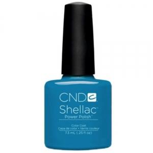 CND 90518 покрытие гелевое Cerulean Sea / SHELLAC 7,3млГель-лаки<br>Один из модных и стильных оттенков летней коллекции CND Garden Muse 2015, выполненной в сиренево-синих и пурпурно-розовых тонах. В зависимости от вариаций сочетания цветов Вы можете быть сильной, самоуверенной и дерзкой, или нежной и романтичной. Гель-лак ярко-голубого цвета CND Shellac-Cerulean Sea   это высокое качество и доказанная временем формула, которая подходит как для профессионалов из салонов красоты, так и для домашних стилистов. Ярчайшая палитра цветов этой серии лаков отличается своей уникальностью, каждый цвет неповторим. Гель-лак CND Shellac легко наносится и имеет прекрасный нежный блеск. Лак практически не имеет запаха. После нанесения лак способен продержаться несколько недель. В случае, если вам приходится часто взаимодействовать с водой, то покрытие Shellac докажет свою устойчивость к царапинам, сколам и всевозможному истиранию. Ослабленные ногти после нанесения лака выглядят здоровыми и сильными. В состав гель-лака не входят химические компоненты, способствующие получению аллергических реакций. Способ применения: для нанесения гель-лака CND Shellac Вам понадобится: Ультрафиолетовая лампа, мощностью от 9 до 36 Ватт для полимеризации гель-лаков и гелей. От мощности лампы зависит время сушки покрытия. Меньше мощность   дольше сушка.&amp;nbsp; Обезжириватель для обработки ногтя перед нанесением базового слоя покрытия. Смочите в нем без ворсовую салфетку и протрите ногти. В идеале желательно использовать средство CND Scrubfresh, но так же можно применять препараты других фирм. Если ноготь ослабленный, тонкий или слоится, воспользуйтесь праймером NailFresh, который наносится только на свободный край ногтя.&amp;nbsp; &amp;nbsp;CND Shellac Base Coat   базовое покрытие. Основа продается в двух объемах   7,3 мл (достаточно для проведения 15-20 маникюров) и 12,5 мл. Базовое покрытие полимеризуют в УФ лампе от 10 сек до 1 мин.&amp;nbsp; &amp;nbsp;CND Shellac Color Coat. Его необходимо нанос