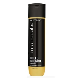 MATRIX Кондиционер для светлых волос с экстрактом ромашки / HELLO BLONDIE 1000млКондиционеры<br>Кондиционер Matrix Total Results Hello Blondie дарит сияние светлым волосам и упрощает их распутывание. Помогает сохранить сияющий оттенок  блонд . Экстракт ромашки делает локоны блестящими и потрясающе ухоженными. Кондиционер превосходно увлажняет пряди, глубоко питает без утяжеления, а благодаря натуральным компонентам его можно использовать на поврежденных и чувствительных волосах. Также средство защищает от воздействия УФ-лучей. Способ применения: после мытья головы шампунем для светлых волос отожмите пряди и нанесите кондиционер Матрикс Тотал Резалтс Хеллоу Блонди, помассируйте и смойте водой.<br><br>Цвет: Блонд