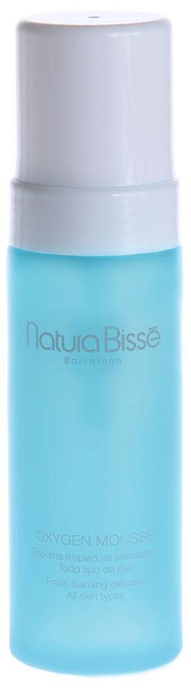 NATURA BISSE Мусс оксигенирующий / Mousse OXYGEN 150млМуссы<br>Освежающее пенящееся средство для очищения любого типа кожи. Обладает восстанавливающим, противовоспалительным, смягчающим и тонизирующим действием. Мусс способствует оксигенации, предотвращает обезвоживание, очищает поры и протоки сальных желез, питает и омолаживает кожу, придает ей матовый оттенок. Oxygen Mousse усиливает проникающие свойства косметических средств, наносимых после. Натрий кокоил изетионат   очищающая пена, обеспечивающая гладкость и мягкость кожи. Бетаин   органический компонент, получаемый из свеклы, регулирует водный баланс кожи, обладает противовоспалительными свойствами. Спирулина   сине-зеленая водоросль, богатая питательными веществами, особенно белками и  -каротином. Спирулина содержит важные растительные пигменты, включая хлорофилл и фикоцианин, витамины группы В, железо, магний, селен, редкоземельные минералы, ферменты, нуклеотиды, линолевую и линоленовую кислоты. Способствует оживлению, питанию и восстановлению кожи. Аргинил   аминокислота, обладающая исключительной способностью удерживать воду, формирует защитную пленку на поверхности кожи. Экстракт древесного гриба обладает вяжущим и увлажняющим действием, способствует сужению пор. Активные ингредиенты (состав): Water (Aqua), Glycerin, Sodium Lauroyl Sarcosinate, PEG-6 Caprylic/Capric Glycerides, Sodium Cocoyl Isethionate, Cocamidopropyl Betaine, Fomes Officinalis (Mushroom) Extract, Plankton Extract, Betaine, Arginine, Butylene Glycol, Benzotriazolyl Dodecyl p-Cresol, Tetrasodium EDTA, Disodium EDTA, Citric Acid, Sodium Chloride, PEG-40 Hydrogenated Castor Oil, Phenoxyethanol, Methylparaben, Fragrance (Parfum), Butylphenyl Methylpropional, Hexyl Cinnamal, alpha-Isomethyl Ionone, Linalool, Citronellol, Limonene. Способ применения: ежедневно утром и вечером легкими массажными движениями наносите на смоченную кожу лица, шеи и декольте. Смойте большим количеством воды.<br>