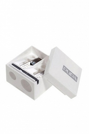 PUPA Точилка для карандашей двойная, 1штОсобые аксессуары<br>С помощью точилки Double Pencil Sharpener косметические карандаши всегда будут иметь идеальную форму грифеля для удобного нанесения макияжа. Два отверстия различного диаметра позволяют осуществлять работу с карандашами любой толщины. Качественные лезвия мягко и легко обрабатывают любой корпус карандаша, независимо от сорта дерева или плотности пластмассы. В наборе с точилкой идет дополнительная насадка для поддержания лезвий в чистоте и рабочем состоянии.<br>