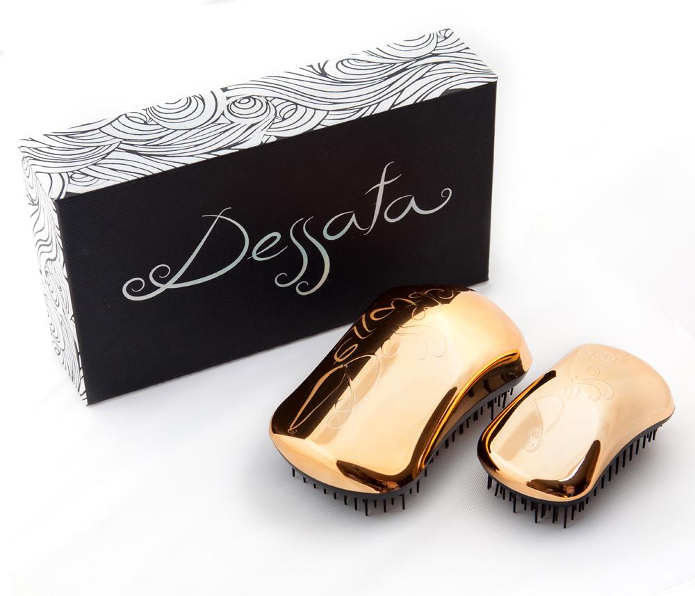 DESSATA Набор расчесок для волос Dessata Kit Bronze Bright-Black: Оригинал + Мини, БронзаНаборы<br>Набор профессиональных расчесок для волос Dessata. Набор состоит из расчески Dessata Original и Dessata mini, подходит для всех типов волос: тонких, густых и вьющихся. Расческа Dessata Original быстро и легко расчесывает волосы, не требует использования дополнительных средств. 440 зубчиков разной длины бережно расчесывают даже самые спутанные волосы не травимруя их. Специальная конструкция расчески исключает спутывание и повреждение волос. Размер модели Dessata mini на 30 % меньше, чем у стандартной модели.237 зубчика имеют три уровня высоты, что позволяет лучше прочесывать волосы, а если возникает натяжение, они легко сгибаются. Расческу можно везде носить с собой. Специальная крышка предохраняет зубчики от повреждений и загрязнения. Материал: гипоаллергенный пластик.<br><br>Типы волос: Для всех типов