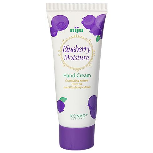 KONAD Крем для рук увлажняющий Черника / niju Moisture 60млКремы<br>Великолепный натуральный аромат черники! Удобный и небольшой крем для путешествий. Предотвращает сухость и увлажняет кожу рук, что делает её гладкой и шелковистой.Содержит оливковое масло и природный экстракт черники. Особенно полезен для грубой и сухой кожи . Масло ши образует защитный слой на сухих руках, ускоряет метаболизм кожи , предотвращает от потери воды. Антоцианы из экстракта черники дают эффект отбеливания и антивозрастной эффект, уменьшают создание меланина и питают витамином Е. Сохраняйте Вашу кожу увлажненной и упругой! Результат: крем для рук КОНАД Черника - это мощное увлажнение и питание для кожи рук. Вас порадует приятный аромат черники, который совсем не похож на запахи искусственных ароматизаторов. Питает кожу всеми необходимыми компонентами для профессионального ухода за руками. Активные ингредиенты: пчелиный воск, масло ши, оливковое масло, экстракт черники. Способ применения: используйте этот крем каждый день , когда Вы почувствуете сухость рук. Нанесите необходимое количество крема на ладони, и аккуратно втирайте.<br><br>Объем: 60 мл