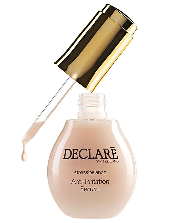 DECLARE Сыворотка активная против раздражений кожи / Anti-Irritation Serum 50млСыворотки<br>Сыворотка улучшает состояние эпидермального барьера чувствительной кожи на 32% уже через два часа после применения. Этот уникальный продукт специально создан для возрождения гармонии чувствительной, стрессированной и раздраженной кожи, нуждающейся в особенном уходе. Сыворотка идеально подходит для эффективного устранения синдрома усталой кожи жителя мегаполиса. Главный элемент ежедневного ухода за кожей лица, подготавливает кожу к лучшему взаимодействию с косметическими средствами и обеспечивает защиту от раздражений для всех типов кожи. Благодаря противовоспалительным свойствам, обладает успокаивающим эффектом, уменьшает раздражения, способствует выравниванию цвета лица. Особые ингредиенты гармонично взаимодополняют и взаимодействуют, создают долговременное увлажняющее и защитное действие. Кожа восстанавливается и омолаживается. Деликатная текстура сыворотки с приятным легким ароматом делает кожу нежной. Активные ингредиенты: запатентованный src- комплекс, гиалуроновая кислота, комплекс растительных экстрактов, ценные масла. Способ применения: утром и/или вечером после очищения нанесите несколько капель (3 5) легкими похлопывающими движениями на лицо, шею и декольте. Затем после впитывания сыворотки нанесите средство основного ухода. Сыворотку можно применять регулярно или курсом до решения проблемы кожи. Вечером сыворотку можете использовать в качестве самостоятельного средства. Рекомендуется для всех типов кожи при склонности к раздражению и шелушению любого рода.<br><br>Типы кожи: Чувствительная<br>Время применения: Ежедневный