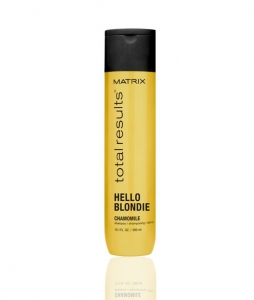 MATRIX Шампунь для светлых волос с экстрактом ромашки / HELLO BLONDIE 300млШампуни<br>Очищает, смягчает и облегчает расчесывание волос. Нежная формула шампуня продлевает сияние светлых тонов. Активные ингредиенты: - Ромашка - традиционно, как известно, помогает скрасить волос. - Пантенол - способствует повышению блеска волос<br><br>Объем: 300 мл<br>Типы волос: Для всех типов
