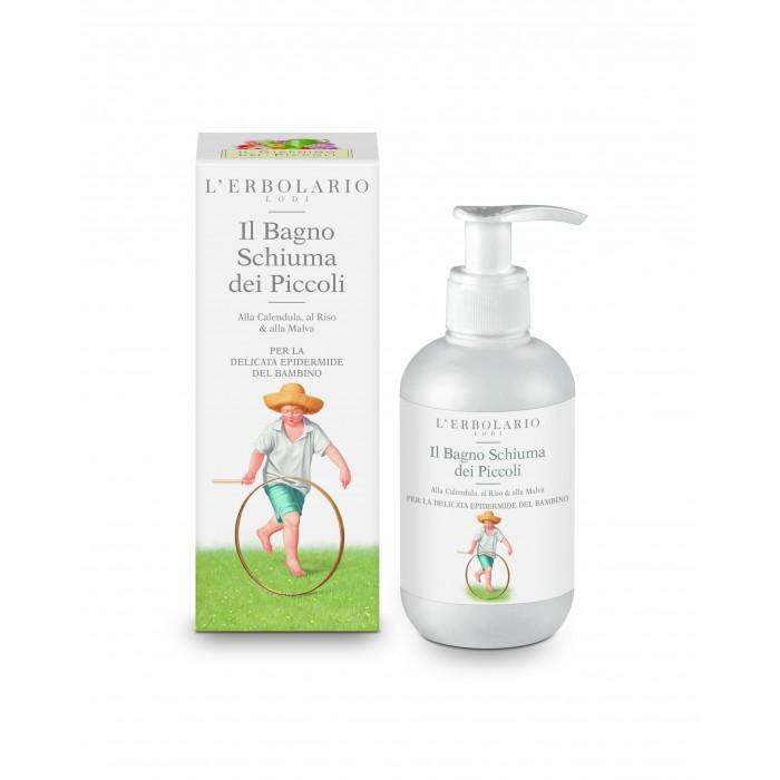 LERBOLARIO Пена детская для ванны 200млПена для ванны<br>Нежнейшее средство, созданное на самой тонкой моющей основе растительного происхождения и сахаров, идеально подходит для кожи, которая еще не вполне развила свою способность к защите. Идеальна для ежедневной гигиены и поддержания наилучшего состояния младенческой кожи, с ее кремообразной и мягкой пеной, может преобразовывать обычное купание в волшебный, расслабляющий ритуал. Ее исключительная моющая основа обогащена пленкообразующими аминокислотами овса и протеинами риса, ароматными увлажняющими цветами мальвы и защитой чистейшего экстракта из цветов календулы. В мягком аромате гармонично сочетаются свеже-сладковатые ноты цитрусов, цветов и ванили, оставляющие на коже приятное ощущение свежести. Не содержит щелочного мыла. Активные ингредиенты (состав): Aqua, Lauryl Glucoside, Cocamidopropyl Betaine, Profumo/Parfum, Glycerin, Potassium Cocoyl Barley Amino Acids, Sodium Cocoyl Glutamate, Calendula officinalis Extract, Malva sylvestris Extract, Hydrolyzed Rice Protein, Sodium Lauroyl Oat Amino Acids, Potassium Cocoyl Rice Amino Acids, Coco-Glucoside, Glyceryl Oleate, Sodium Chloride, Sodium Phytate. Способ применения: налейте небольшое количество пены в теплую воду. Невероятно нежное и приятное очищение, которое надолго подарит вам радость. Избегайте попадания средства в глаза.<br>