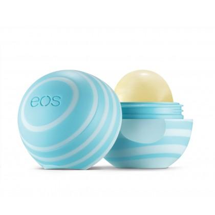 EOS Бальзам для губ Ваниль-Мята / Eos Smooth Sphere Lip Balm Vanilla Mint 7грБальзамы для губ<br>Бальзам для губ Vanilla Mint, защита ваших губ с восхитительным ароматом ванили и мяты. Активные ингредиенты: масло ши, масло жожоба, кокосовое масло, оливковое масло, стевия, экстракт лимона и пчелиный воск, делает Ваши губы заметно более нежными. Витамины и антиоксиданты С и Е, питает и мгновенно смягчает губы, подчеркивает их естественную красоту. Способ применения: благодаря системе Твист Офф, Вы с легкостью сможете снять крышечку бальзама, и так же просто закрыть ее. Наносите один-два слоя EOS Lip BalmVanilla Mint на сухие очищенные губы, легким движением без нажима. Продукт ложится легко, без образования жирного слоя. Конструкция бальзама позволяет наносить его непосредственно на губы, без использования кисти. Возможно нанесение как на корректирующие средства, так и на любые другие косметические продукты для дополнительного увлажнения и защиты.<br>