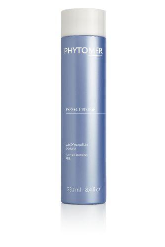 PHYTOMER Молочко мягкое для снятия макияжа / PERFECT VISAGE 250млМолочко<br>Косметика PHYTOMER славится среди профессионалов своими уникальными морскими  коктейлями , входящими в состав средств по уходу за кожей в домашних условиях. Молочко для снятия макияжа РERFECT VISAGE от Фитомер используется для всех типов кожи. Средство имеет приятную кремообразную структуру. Удаляет макияж и превосходно очищает кожу. Не нарушает гидролипидный барьер кожи. Оставляет приятное чувство комфорта. Результат: кожа очищенная, увлажненная, бархатистая и нежная. Клетки насыщаются кислородом еще длительное время после применения. Активные ингредиенты: экстракт ламинарии и масло лесного ореха. Способ применения: утром и/или вечером нанести на лицо влажными кончиками пальцев и нежно распределить по лицу вращательными движениями. Затем смыть прохладной водой и нанести тоник.<br><br>Объем: 250 мл<br>Вид средства для лица: Морской<br>Консистенция: Мягкая