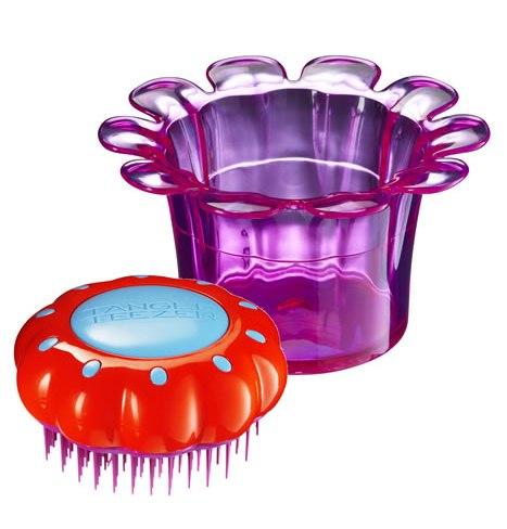 TANGLE TEEZER Расческа фиолетовая для детей / Tangle Teezer Magic Flowerpot Popping PurpleРасчески<br>Детская чудо-расческа Tangle Teezer идеально расчесывает запутанные волосы, не причиняя дискомфорта и не нарушая нежную структуру детских волос, подходит детям от 3-х лет и для всех типов волос. Оригинальная форма зубчиков обеспечивает двойное действие и позволяет быстро, бережно и безболезненно расчесать влажные и сухие волосы. Детская расческа в специальной яркой упаковке, идет вместе с оригинальной раскраской. Безопасна для детской кожи. Подходит для использования с 3-х лет. Безболезненно распутывает мокрые и сухие нежные детские волосы за счет особой конструкции зубчиков. Выполнена в виде цветка, находящегося в формочке, в которой можно хранить резинки и заколки для волос. Размер: 80 80 44мм<br>