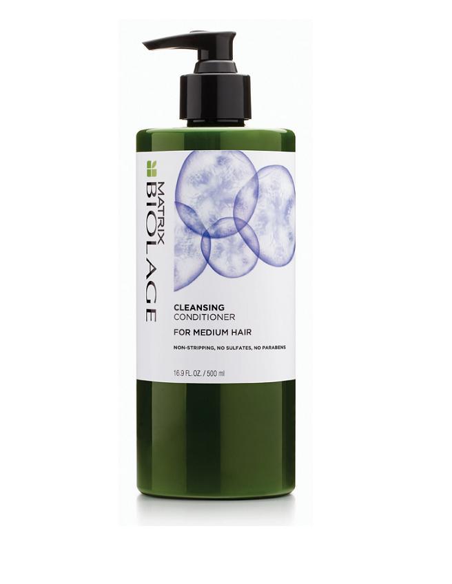 MATRIX Кондиционер очищающий для нормальных волос с экстрактом ягод асаи / БИОЛАЖ 500 млКондиционеры<br>Назначение: - нормальные волосы. - пушистые и непослушные. - объемные, плотные. ФОРМУЛА С ЭКСТРАКТОМ ЯГОД АСАИ. - бережно очищает и питает поврежденные участки волос. - восстанавливает упругость и сияние. - обеспечивает максимальную гладкость волос. - не содержит парабенов, силиконов, сульфатов, мыльного экстракта. Способ применения: Нанесение: - разделите влажные волосы на три части, начиная с затылка. - используйте 2-3 нажатия на каждую секцию, распределяя очищающий кондиционер от корней до кончиков. - убедитесь, что волосы напитаны для наилучшего эффекта. Массаж: - после нанесения очищающего кондиционера добавьте воды и помассируйте кожу голову. - это поможет равномерно распределить очищающий кондиционер и позволит начать процесс очищения. Время выдержки: - ожидайте 5 минут. - это поможет формуле глубже проникнуть в волос для естественного кондиционирования волос. Смыть: - снова помассируйте кожу головы и смойте очищающий кондиционер.<br><br>Объем: 500 мл<br>Вид средства для волос: Очищающий