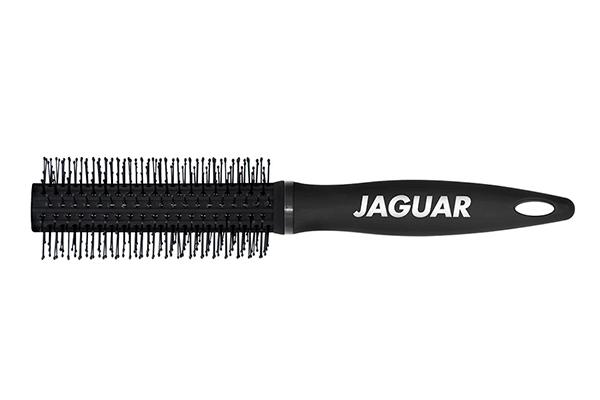 JAGUAR Брашинг Jaguar S-serie S6 втулка диам.19ммБрашинги<br>Брашинг Jaguar S-serie S6 втулка диаметр 19мм. Брашинг для стайлинга с искусственными штифтами, закругленными и утолщенными на концах, щадящими волосы. Корпус прорезиненный, матово-чёрный. Пластик, нейлон.<br><br>Класс косметики: Универсальная
