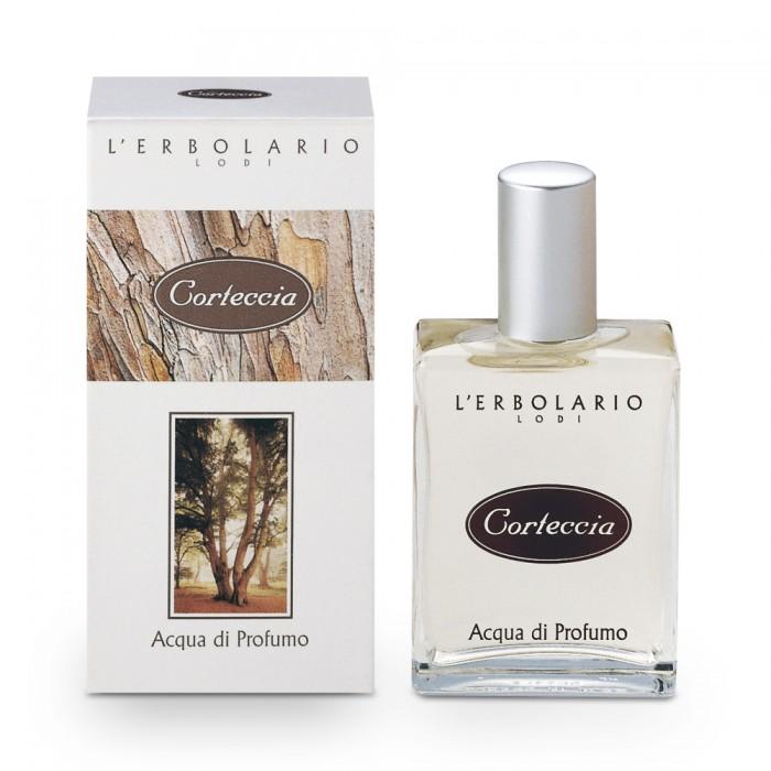 LERBOLARIO Вода парфюмированная Древесная кора 50млОсобые средства<br>Стойкий строгий аромат этих духов прекрасно подойдет как женщине, так и мужчине. Аромат сразу притягивает свой жизнерадостной свежестью: Бергамот, Грейпфрут, Апельсин и Мандарин гармонично сливаются с запахами Полыни, Кориандра, Кардамона, которые дополняет агрессивная нота Кипариса. Столь привлекательное начало перекликается с чувственной сердцевиной аромата, в которой звучат Кедр, Сандал, Корица, растворенные в сочной мякоти Яблока. Теплый и насыщенный фон этой парфюмированной воде создает сильная нота Бензоинового дерева с острова Сиам, нежность Диптерикса душистого и мягкость Мускуса. Это насыщенный теплый аромат, способный медленно завоевывать как женские, так и мужские чувства.<br><br>Объем: 50 мл